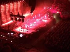 Rött scenljus när Peter Gabriel framför Red rain på Globen i Stockholm 2014. Foto: Fredrik Blomberg.