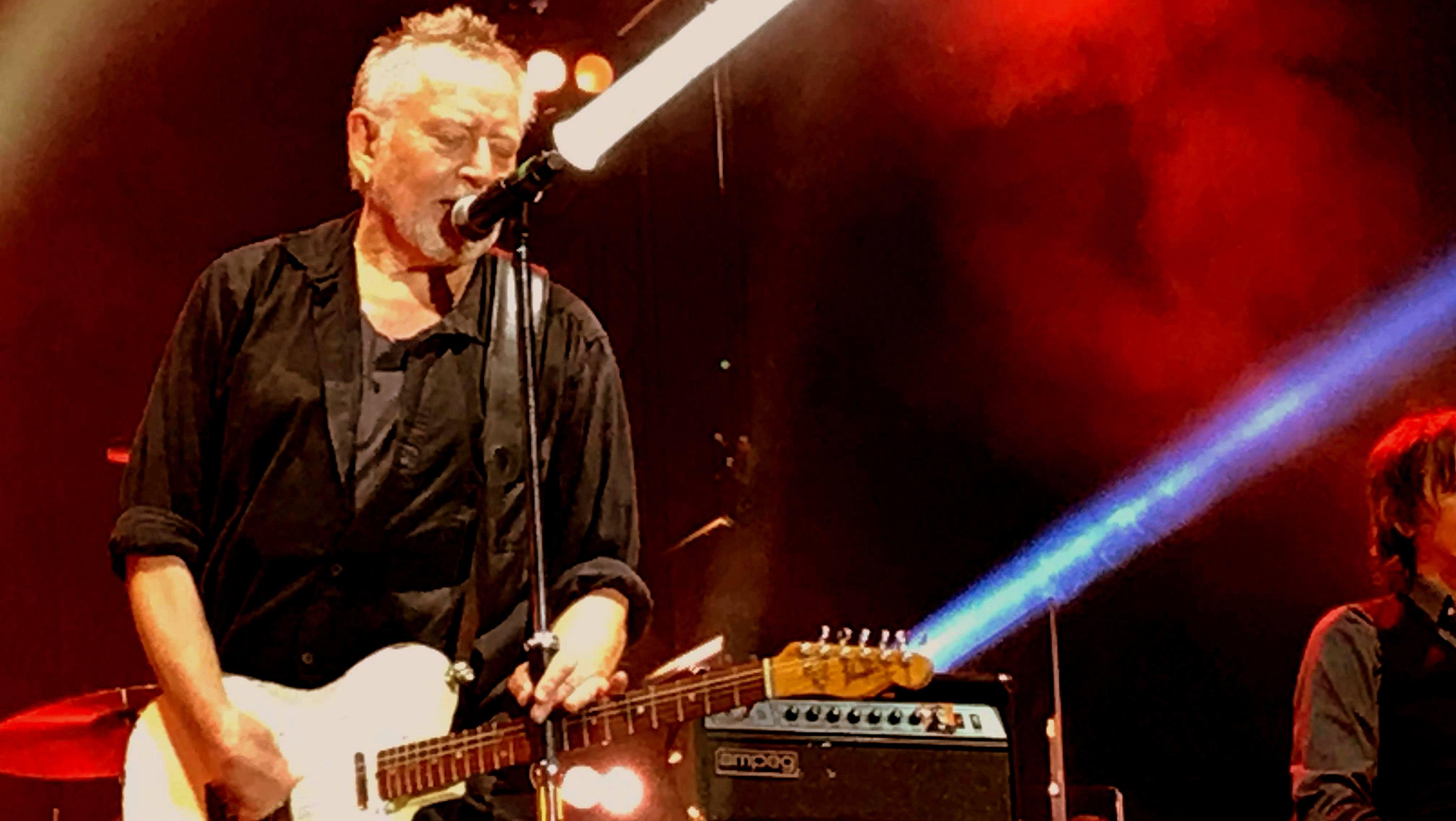 Ulf Lundell med vit gitarr